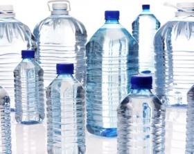 300281970-bouteille-en-plastique-eau-minerale-bouteille-d'eau-boisson-gazeuse